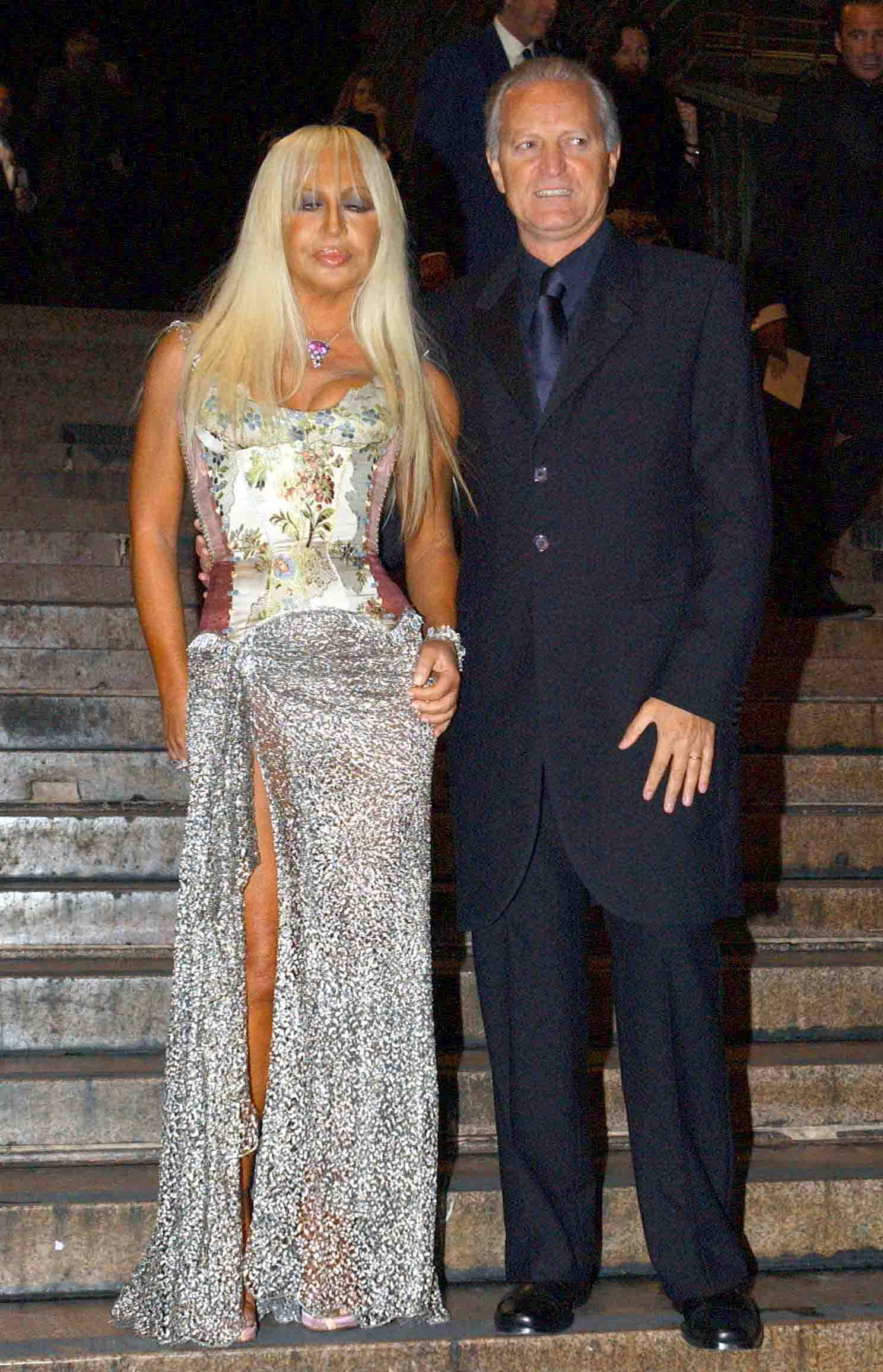 MILAN-24-09-2002 IN THE EVENING OF GALA IN HONOR OF REGINA RANIA OF JORDAN EVENT OF INAUGURATION EXHIBITION MARIO TESTINO PORTRAITS IN THE PHOTO SANTO AND DONATELLA VERSACE ON ARRIVAL AT THE EXHIBITION