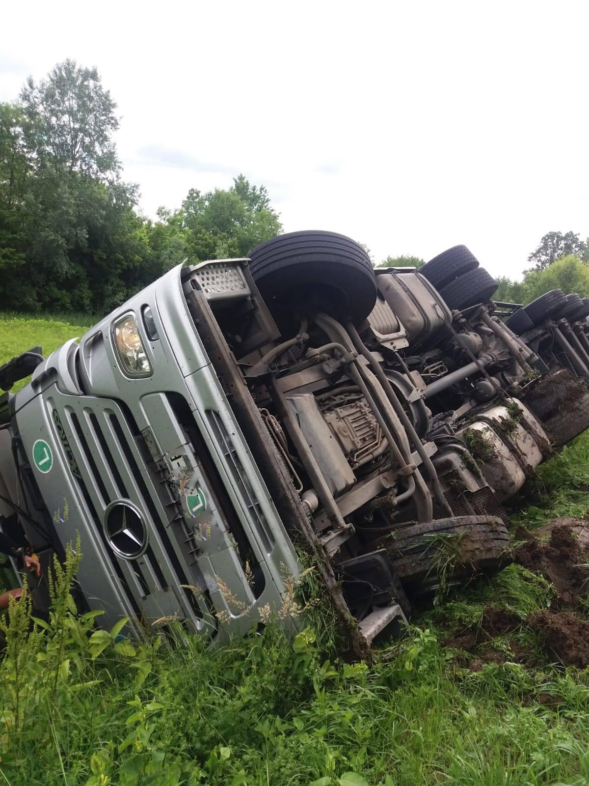Prevrnuo se kamion na cesti: 'Trčao sam pomoći vozaču...'