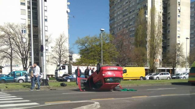 Auto se u sudaru prevrnuo na krov, jedna osoba je ozlijeđena