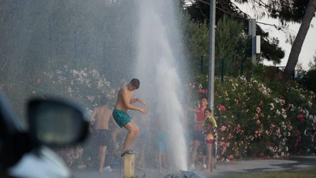 Pukao hidrant: Fućkaš more, kupanje na fontani je prva liga
