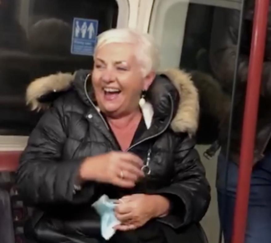 Britanac nagovorio sve putnike da pjevaju njegovoj mami za rođendan: 'Jako se naljutila'