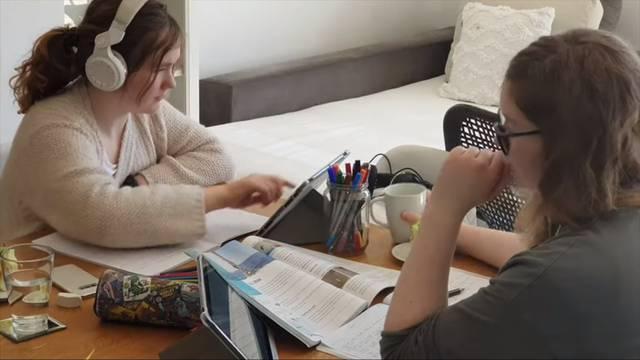 Sestre školarke snimile video o tome kako uče u online školi