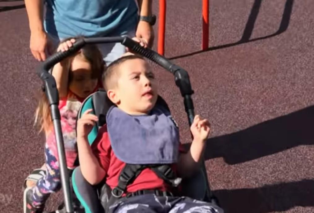 Jeo jabuku pa se skoro ugušio, sada ima cerebralnu paralizu