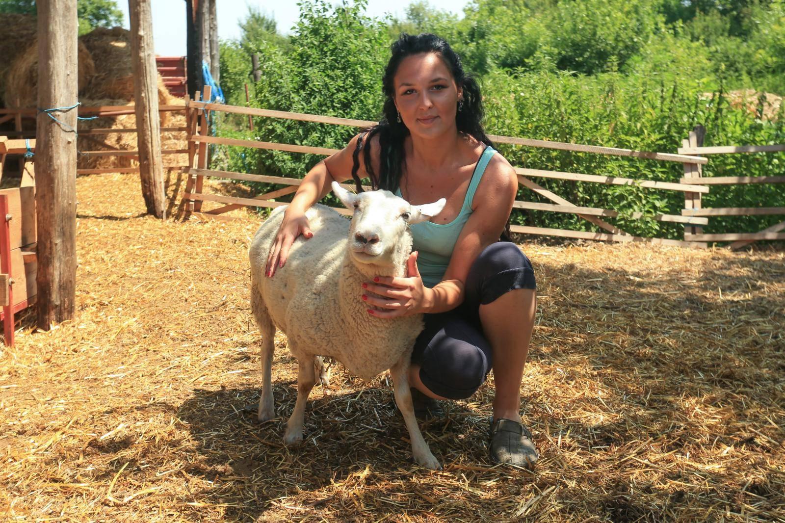 Mlada stočarica: 'Umjesto za ovce, pitaju me za vezu i brak'
