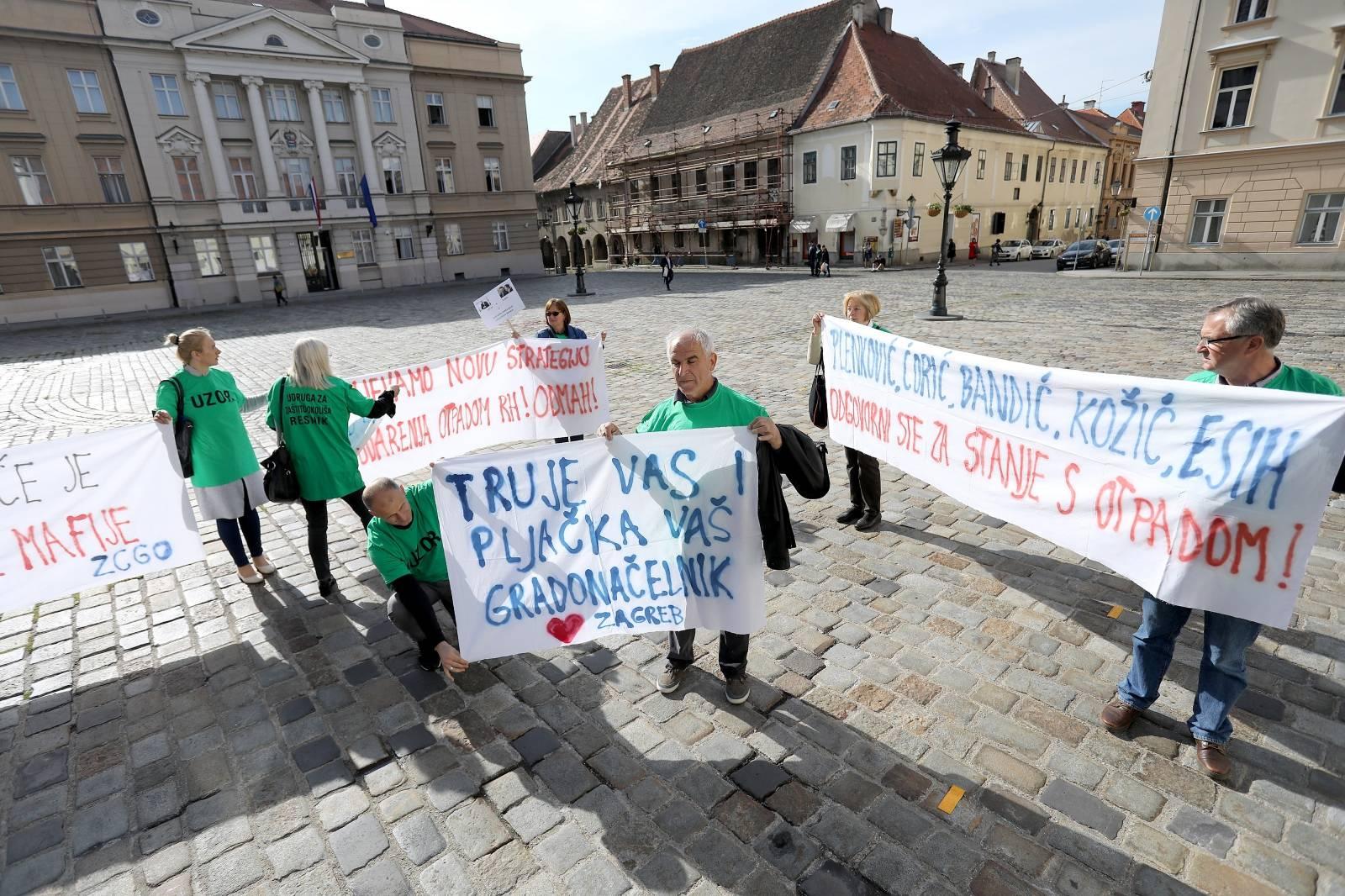 """Zagreb: Performans """"Hrvatska (EU) smetlište za generacije"""" ispred Vlade RH"""