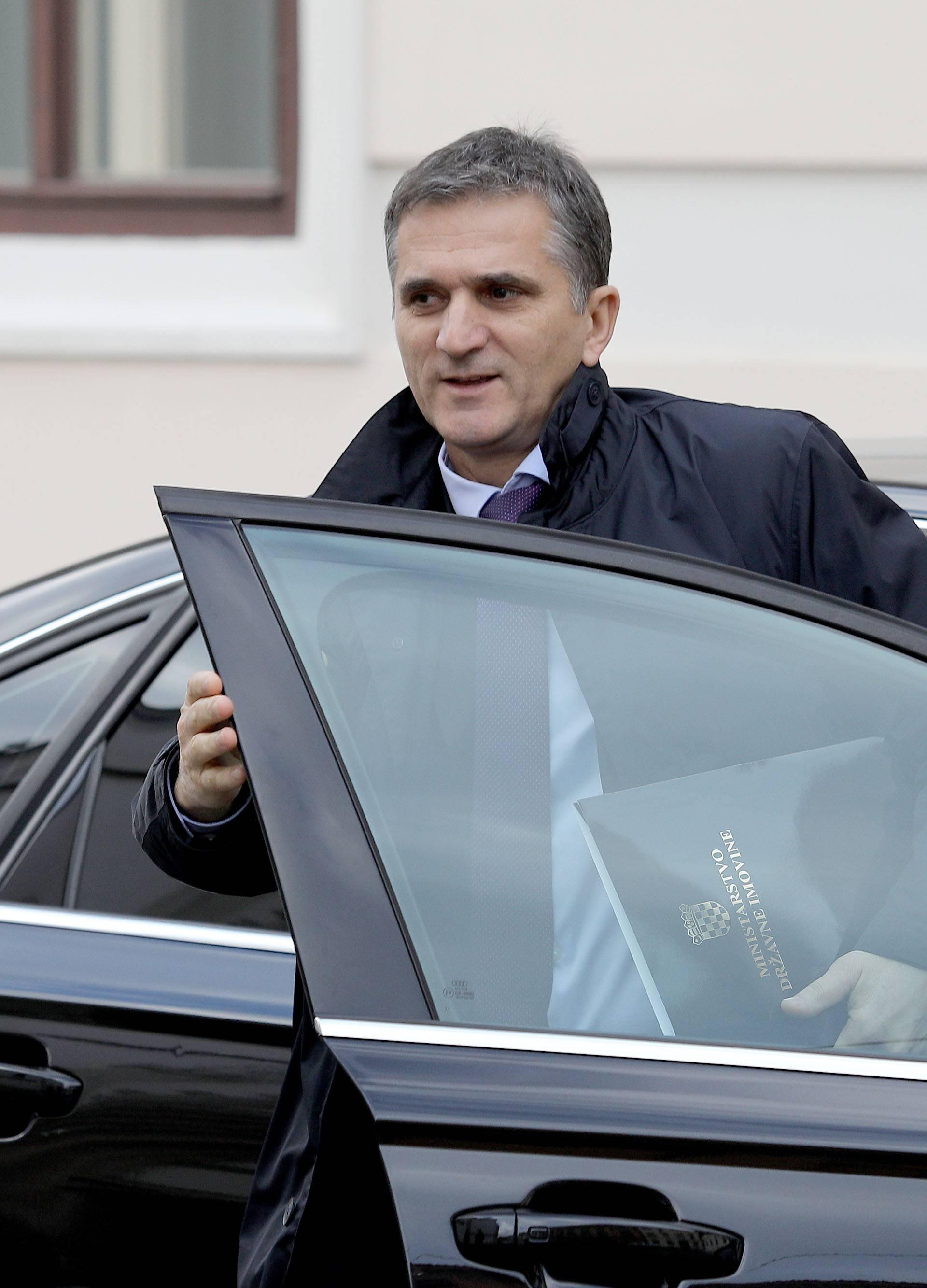 Ruka ruku mije: Ministrov brat uzeo otpremninu i dobio posao