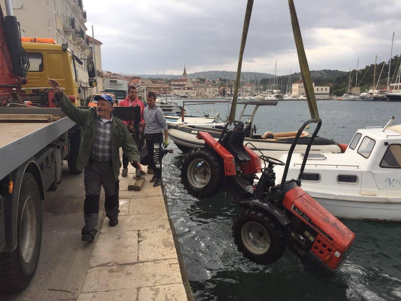 Okupao se s traktorom: Vozio uz rivu na Braču i upao u more