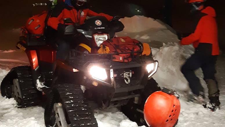 Išli autom u 'đir' po mećavi na Velebit, spasio ih HGSS: 'Auto će izvući tek kad snijeg okopni'