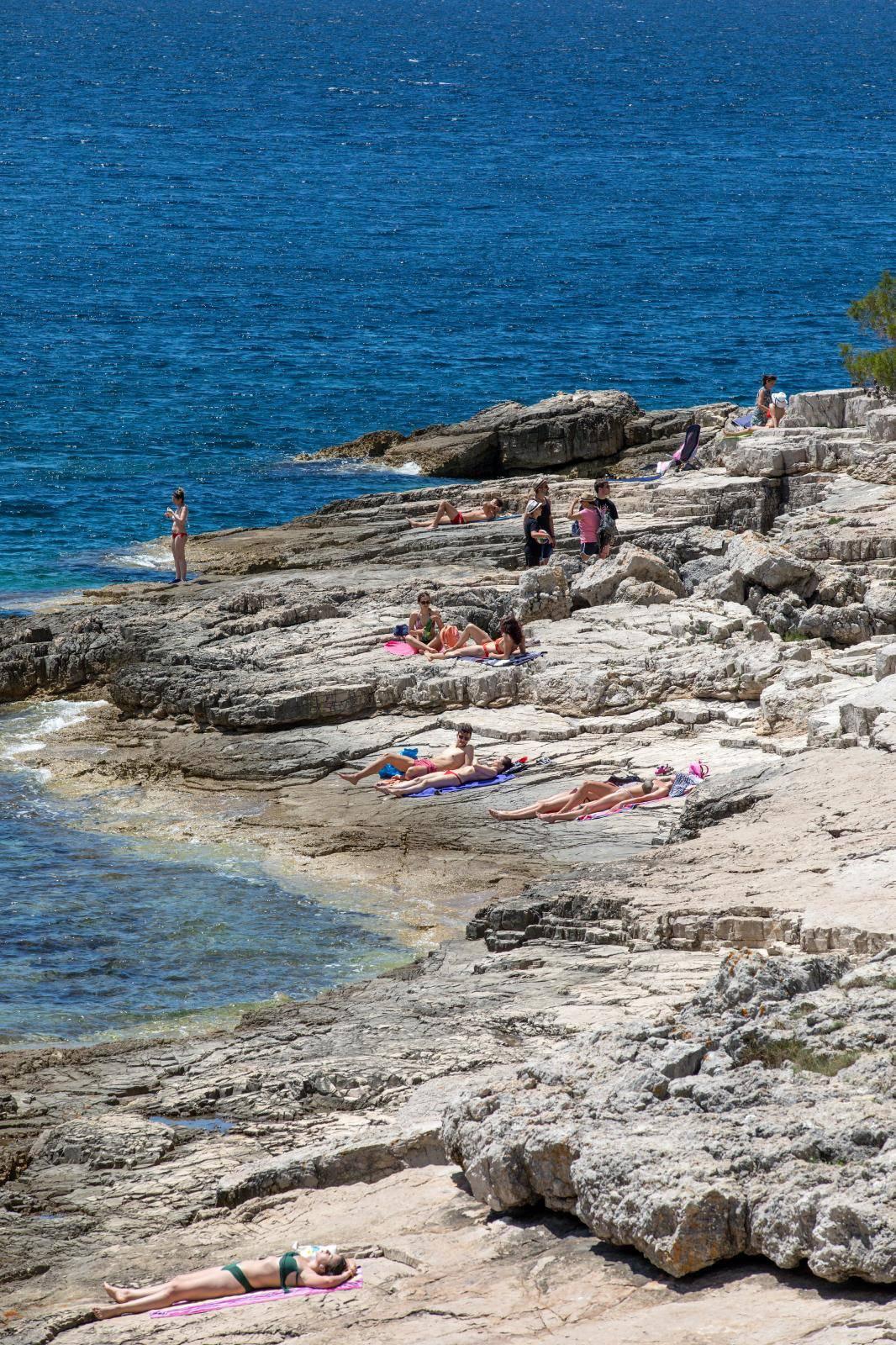 Pula: Tek malobrojni turisti uživali u kupanju i boravku uz more na prvi dan ljeta