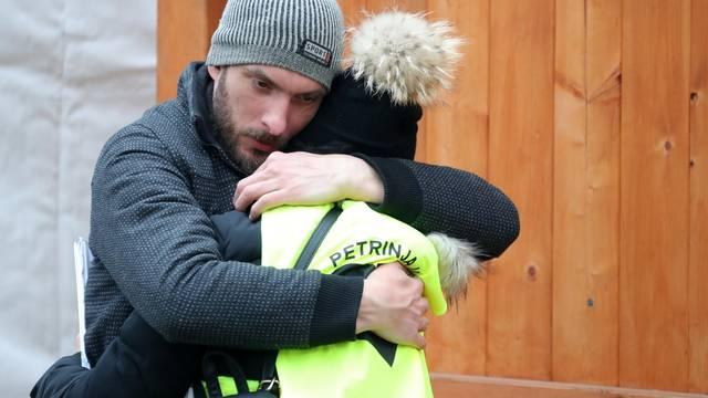 Petrinja: Mladić pružio podršku uplakanoj djevojci koja volontira u snaciji potresom uništenog grada