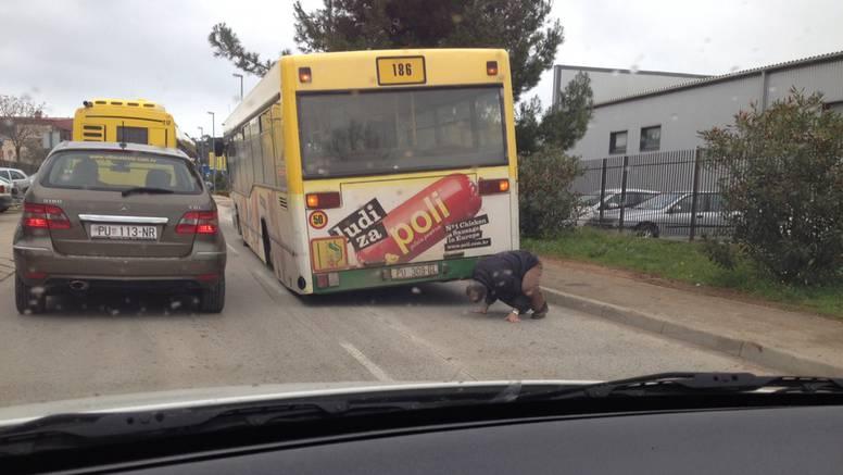 Gdje li je nestao: Vozač je pod autobusom tražio nestali kotač