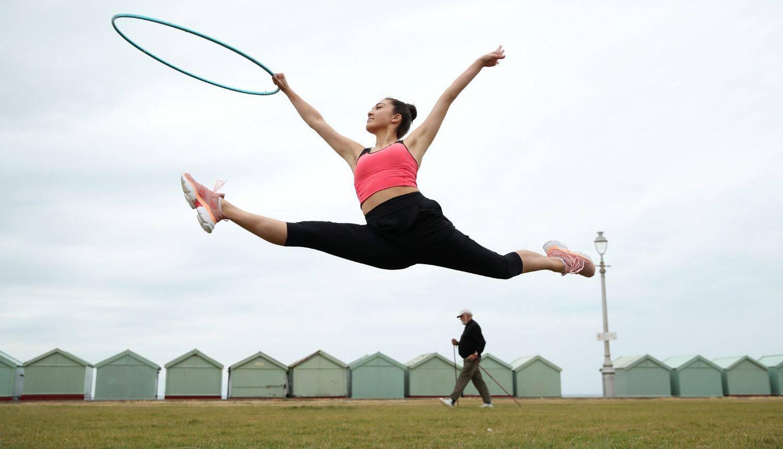 Ritmička gimnastičarka trenira na plaži u Velikoj Britaniji uz znatiželjne poglede prolaznika