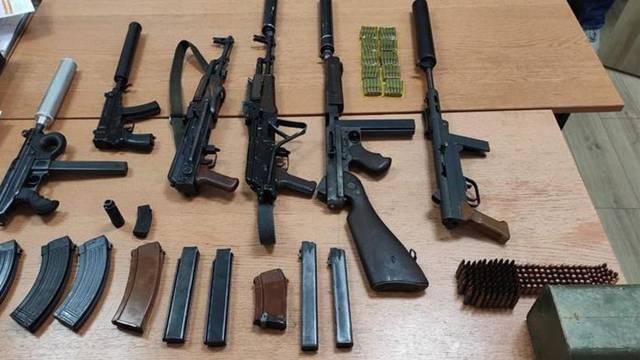 Naoružali se do zuba: Priveli 2 muškarca u Vinkovcima, kod kuće im pronašli brdo oružja