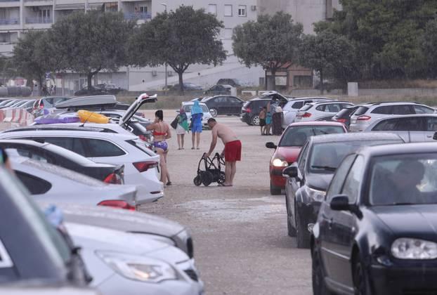 Kratki pljusak praćen vjetrom otjerao je kupače s plaže Žnjan