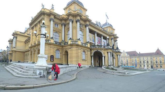 Zagreb: Čišćenje ispred zgrade HNK