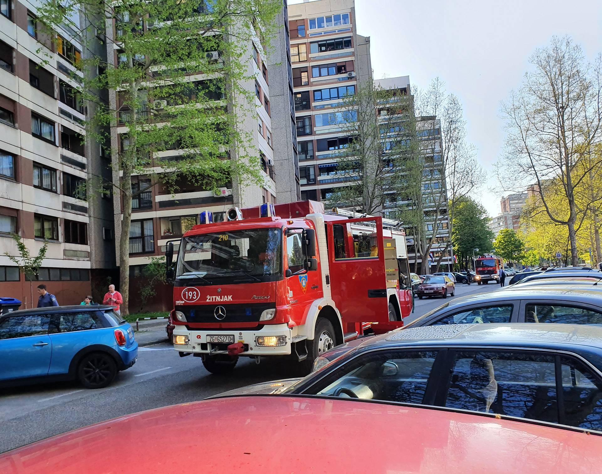 Tri vatrogasna vozila izašla na teren: Gorjelo je smeće u stanu