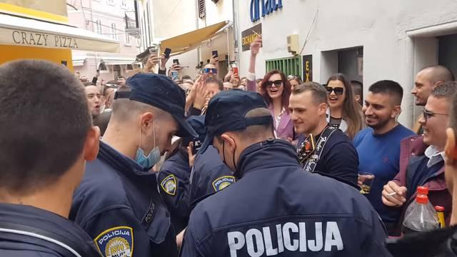 Stotine ljudi u zadarskoj Varoši policija nije mogla rastjerati, a slični problemi bili i u Rijeci