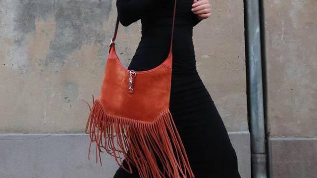 Malu crnu haljinu osvježila je smeđa boho torba s resicama