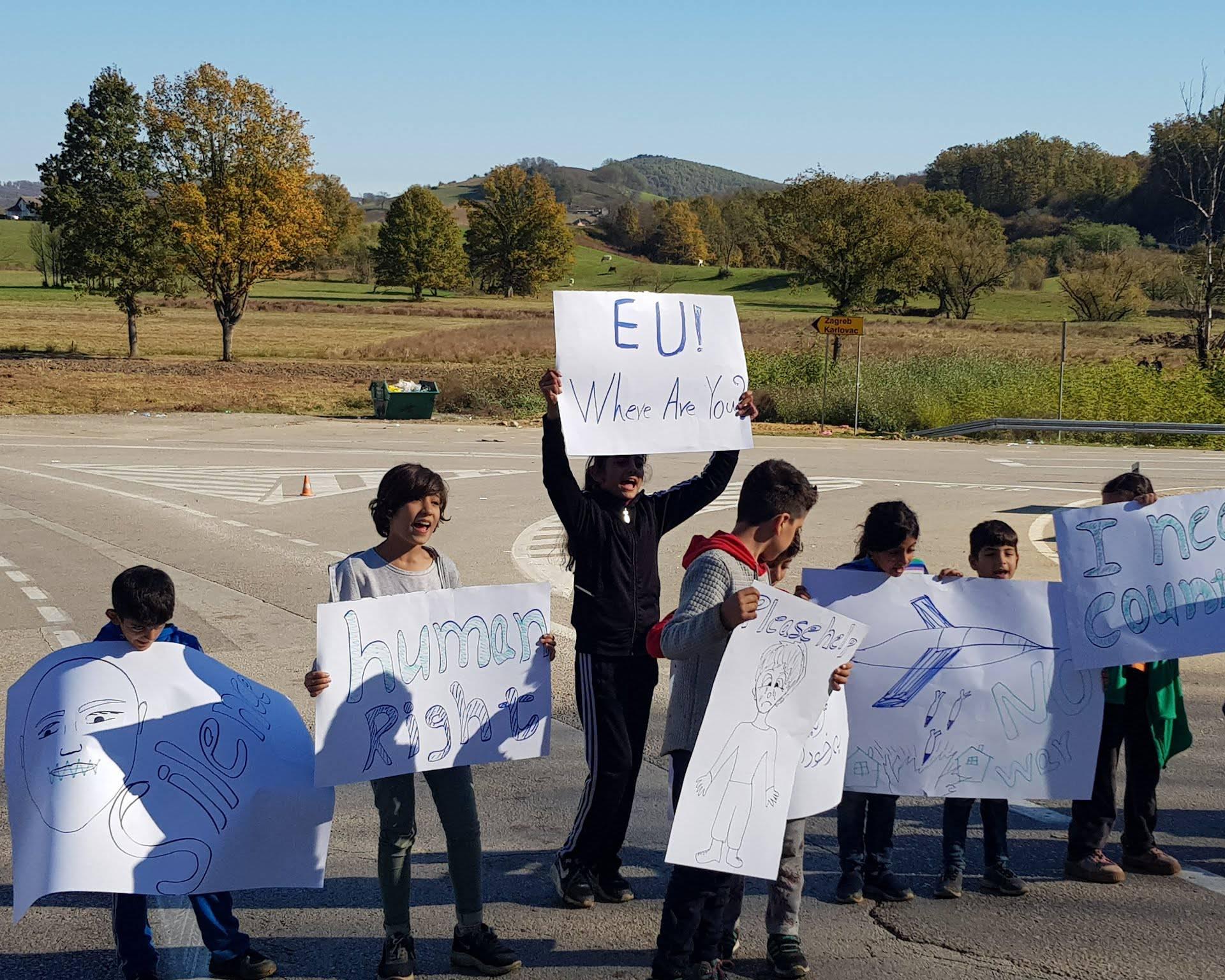 I BiH stavila ogradu: Migranti skupljaju drva i podižu šatore