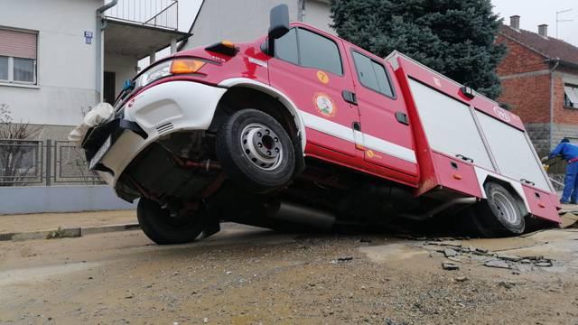 VIDEO Vatrogasci propali u rupu