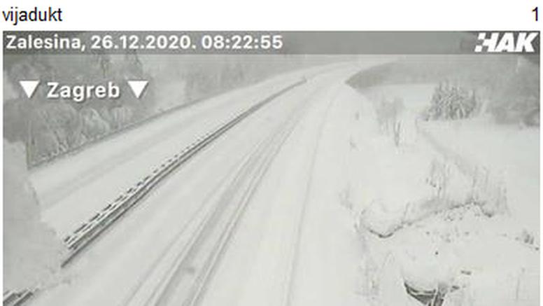 Gorski kotar:  30 cm snijega, orkanska bura zatvorila ceste!