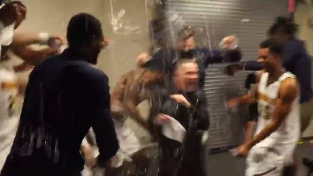 Ludnica u svlačionici Denvera: Trener podigao Jokića, igrači mu priredili 'tuširanje' u svlačionici