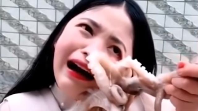 Htjela pojesti živu hobotnicu, ona ju napala i bilo je odvratno