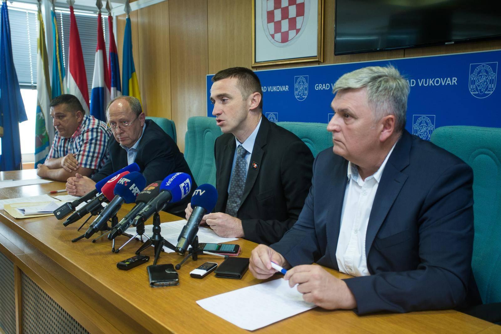 Vukovarski gradonačelnik Ivan Penava na konferenciji za novinare govorio je o odluci Ustavnog suda