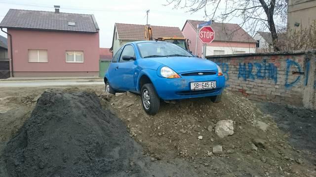 Izazvao prometnu nesreću pa plavim Fordom zapeo u šljunku
