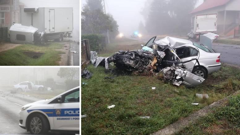 FOTO Stravični prizori iz Dugog Sela. BMW smrskan u sudaru s kamionom, jedan čovjek mrtav