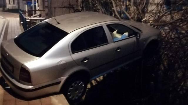 Pijani vozač sletio autom s ceste u Trilju i zapeo u krošnji stabla