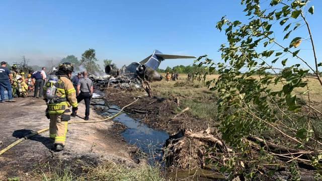 Avion prilikom rulanja po pisti probio ogradu, završio u polju i planuo, putnici su evakuirani