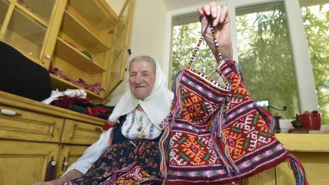 Peka Zelić (98) 'otvorila' svoj dućančić, plete torbe i prodaje