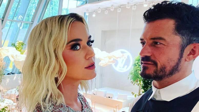 Orlando Bloom plivao s velikom bijelom psinom, javila se i Katy Perry: 'Potpuno si poludio'