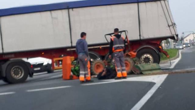 Sudarili su se kamion i traktor: Vozač traktora lakše ozlijeđen