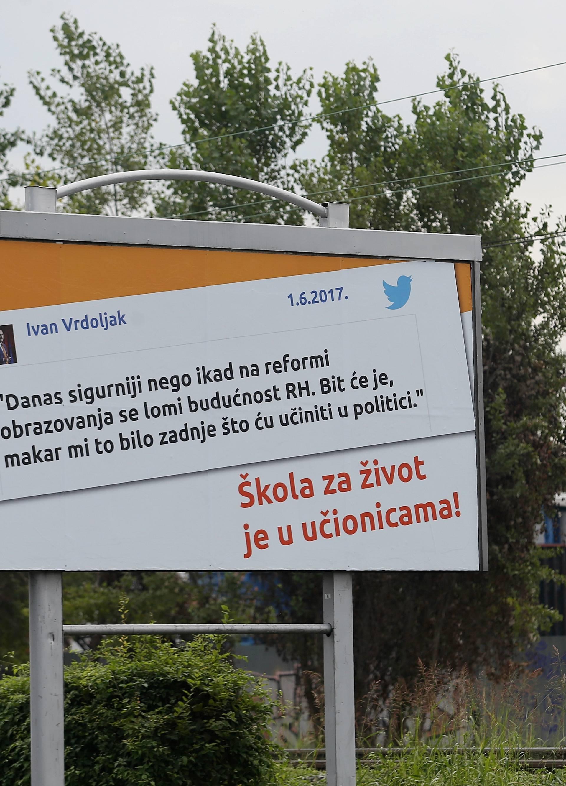 Vrdoljak je izradio plakate s tvitom da on spašava škole...