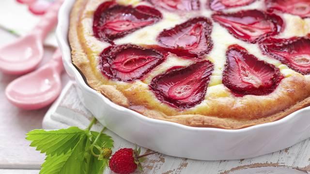 Jednostavan kolač od jagoda i jogurta gotov je za pola sata