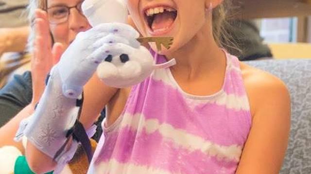 Curica bez šake dobila umjetnu ruku dostojnu 'Snježne kraljice'