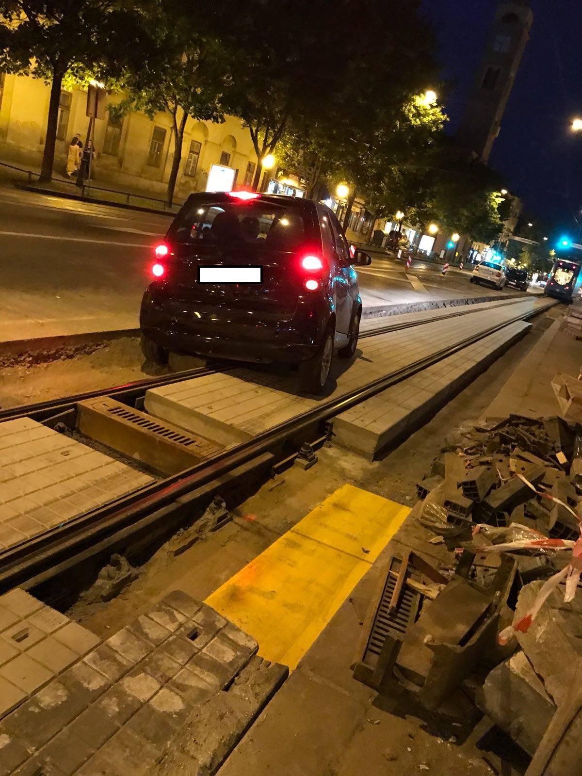 Pomogli i vozači: Ručno dignuli Smarta i maknuli ga s tračnica
