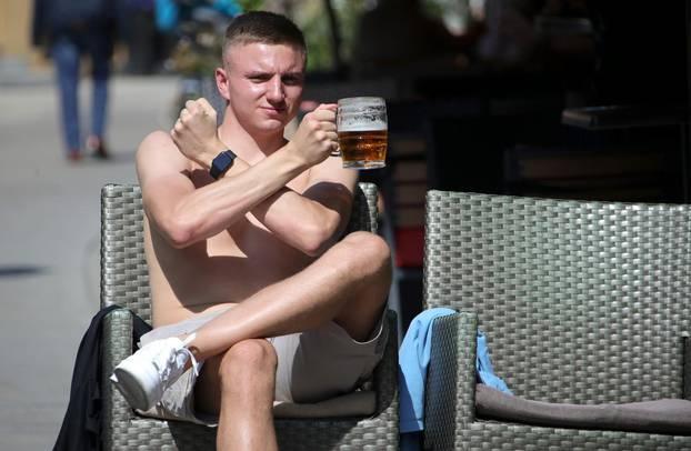 Zagreb: Navijač Wes Hama uživa u Tkalčićevoj na terasi kafića u ispijanju pive