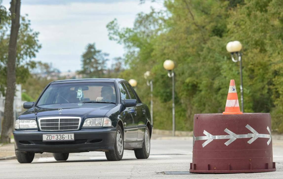 Zadar: Mladići revoltirani zbog pokvarenog semafora postavili vedro za vino kao kružni tok