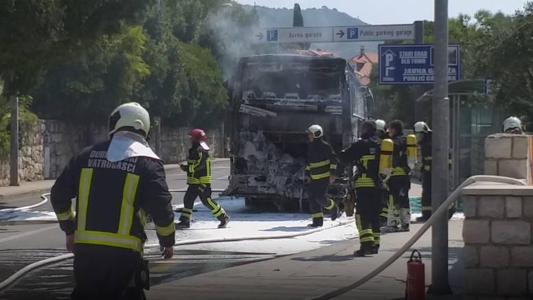 Drama u Dubrovniku: Izgorio je bus, cijela ulica bila puna dima