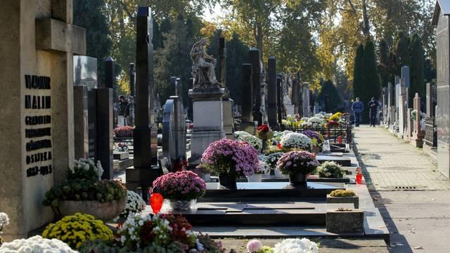 Osječani obilaze grobove  najmilijih