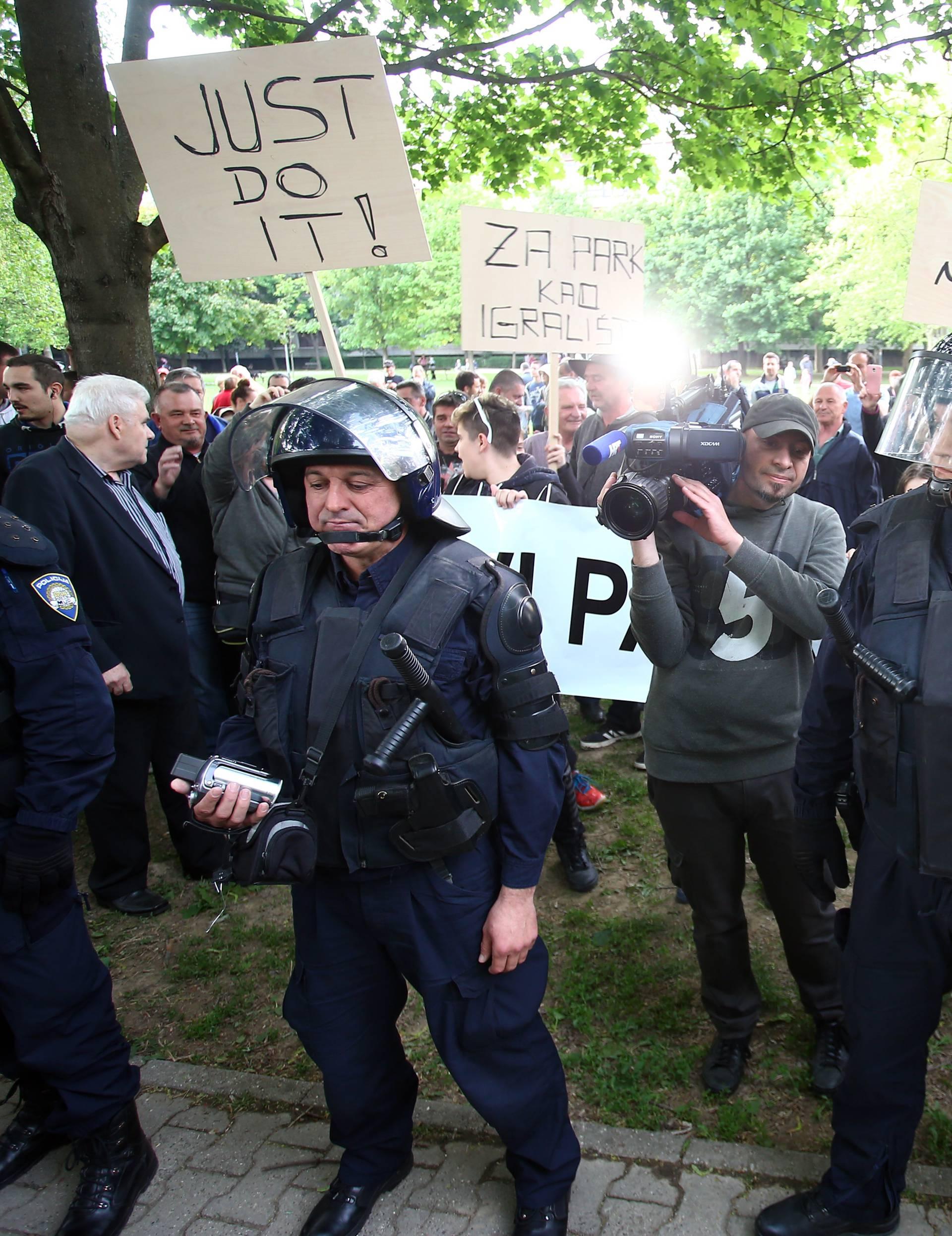 Kaos na Savici: Sukobili se prosvjednici, napali i novinara