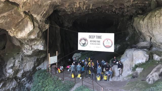 Na jugozapadu Francuske 15 je volontera 40 dana živjelo bez telefona i sunčeve svjetlosti