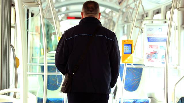 Ulovio ga u tramvaju bez karte: Kontrolora udario šakom u lice