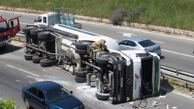 Prevrnula se cisterna za beton kod Splita, vozač je u bolnici