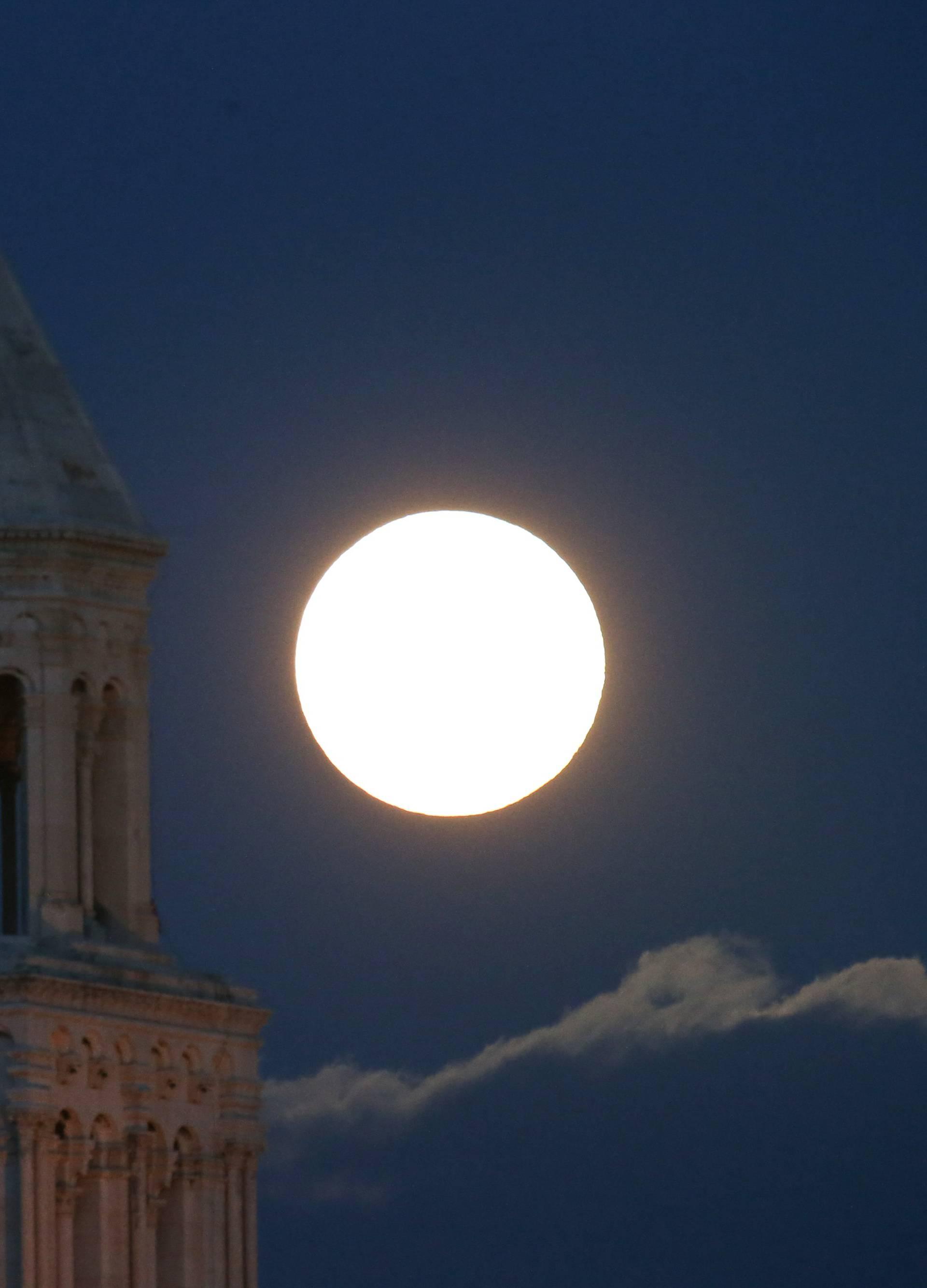 Pun mjesec iznad zvonika katedrale Sv. Dujma u Splitu
