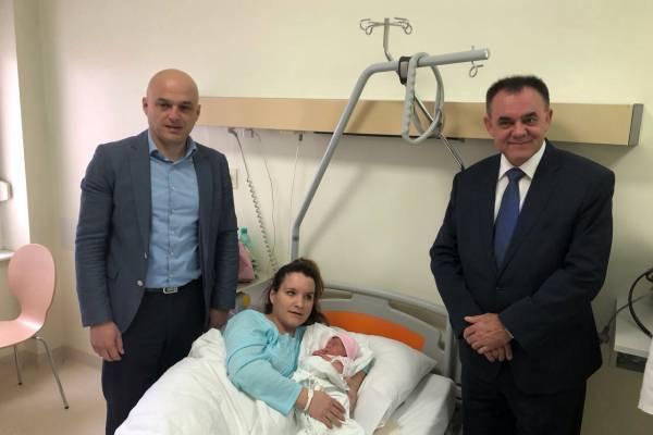 Župan optužen za nasilje došao vidjeti prvu bebu u ovoj godini