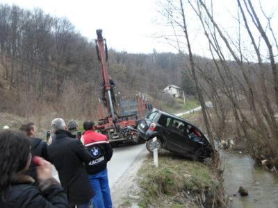 Vozačica sletjela u potok kod Krapine, vozilo izvlačio kran